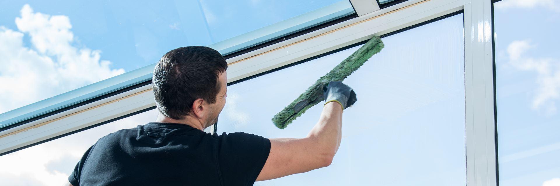 Mitarbeiter bei der Fensterreinigung